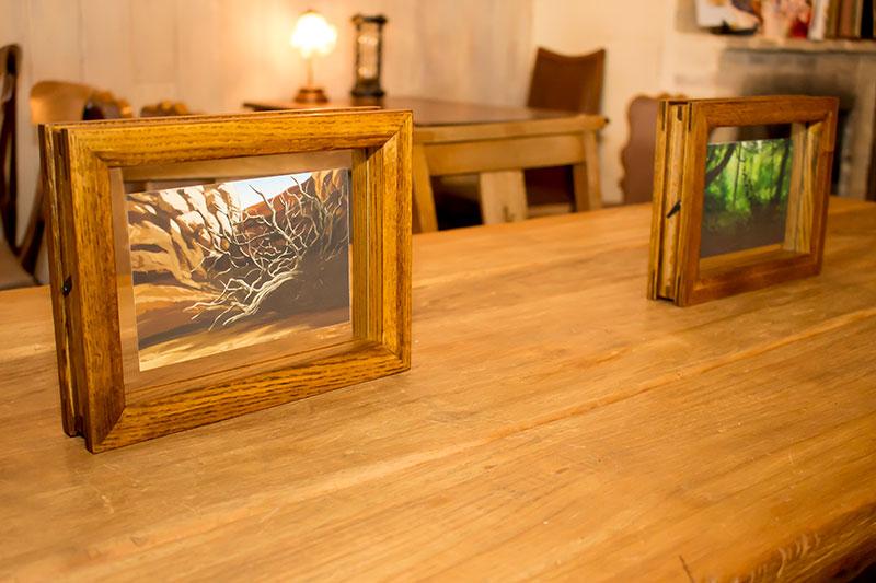 ▲テーブルにはアニメ版の背景絵が飾られている。