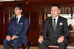 神妙な顔つきで祈祷を受ける滝藤賢一さん(左)と原田眞人監督