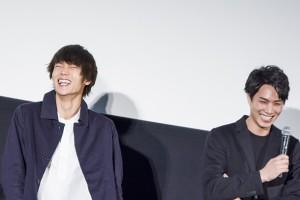 終始にこやがだった窪田正孝さん(左)と鈴木伸之さん