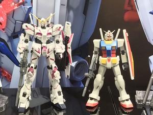これは1/100のプラモデルの比較だが、ガンダム(右)より左のユニコーンガンダムの方が大きい。立像でもこれくらいの差が出るだろう=THE GUNDAM BASE 展示©創通・サンライズ