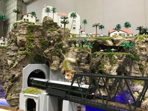 山の上の街並みと崖、陸橋を再現