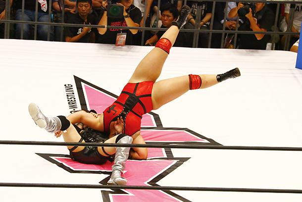 松村のDDTがシェリーに決まる。勢いがついていたシェリーはリングに頭を突き刺す形になった